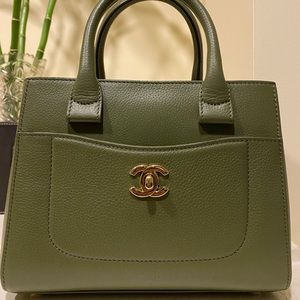 Auth Chanel small Neo executive leather tote purse